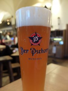 Buena cerveza, brillante, turbia (de trigo), espuma...